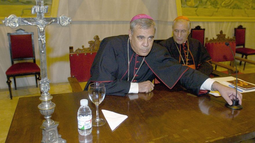 El arzobispo de Granada, Francisco Javier Martínez, y el excardenal arzobispo de Madrid, Antonio María Rouco Varela, durante la inauguración del curso académico en 2007 en Granada./EFE