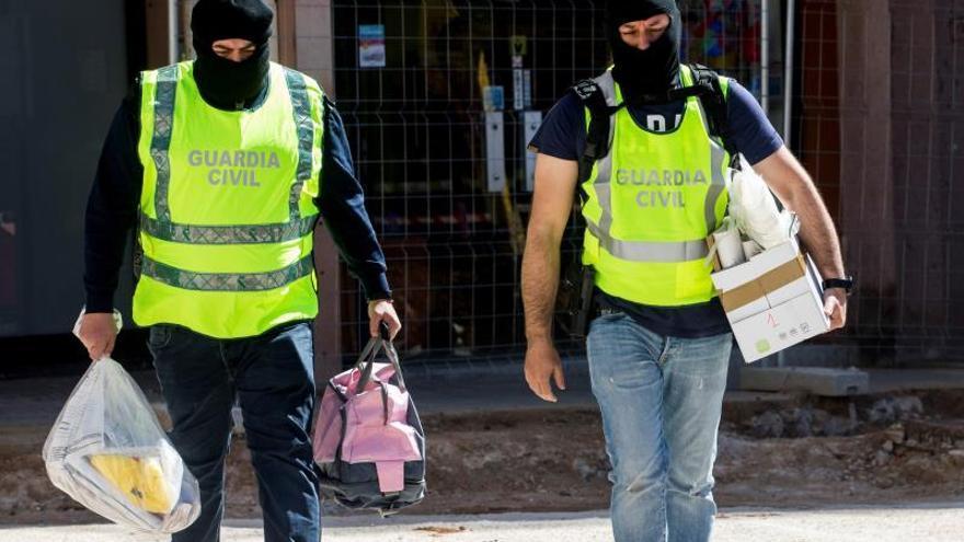 Agentes de la Guardia Civil salen del registro en el domicilio de la activista detenida de los CDR.