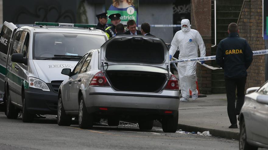 Policías irlandeses en el escenario del asesinato de Eddie Hutch, miembro de una de las principales mafias de Irlanda