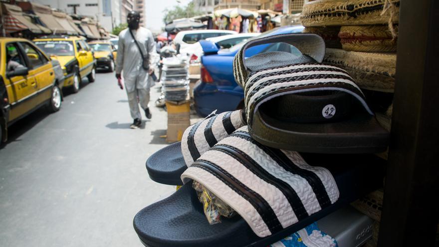 Zapatillas en venda en una calle en el centro de Dakar