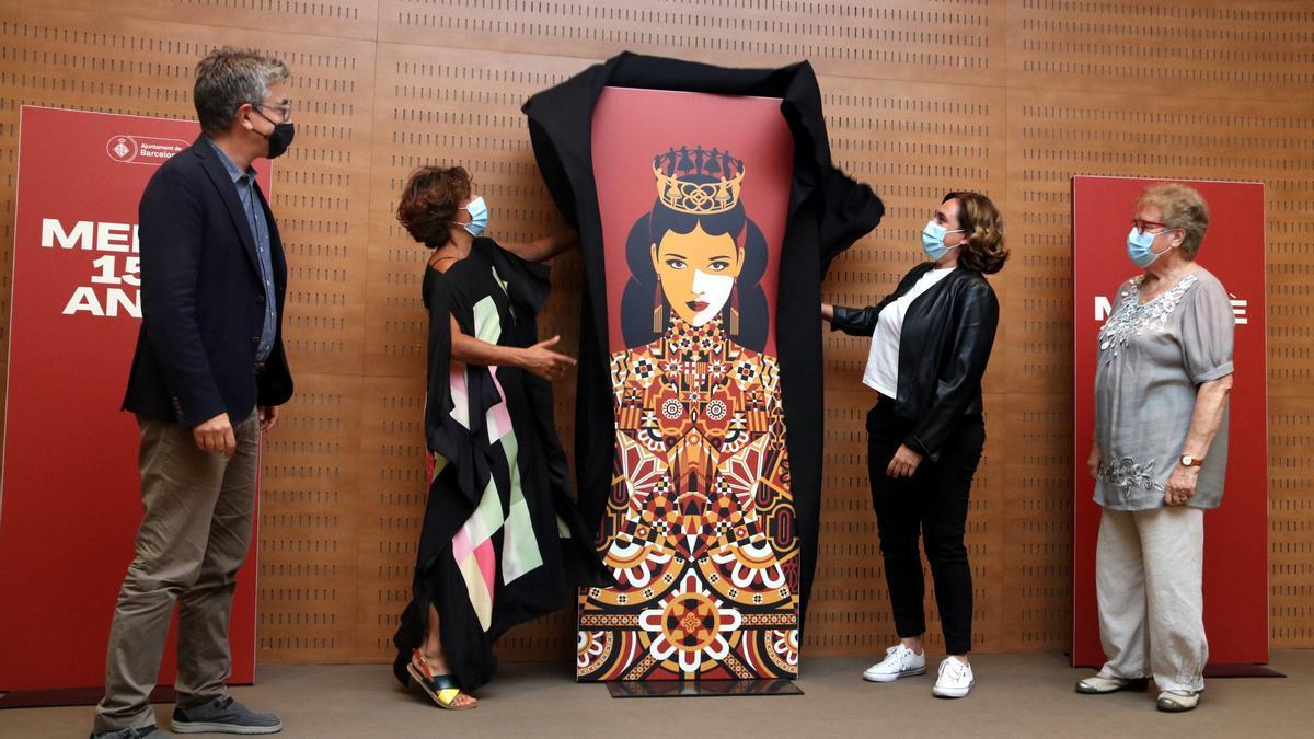 Malika Favre, a la izquierda, y Ada Colau, a la derecha, descubren el cartel de La Mercè