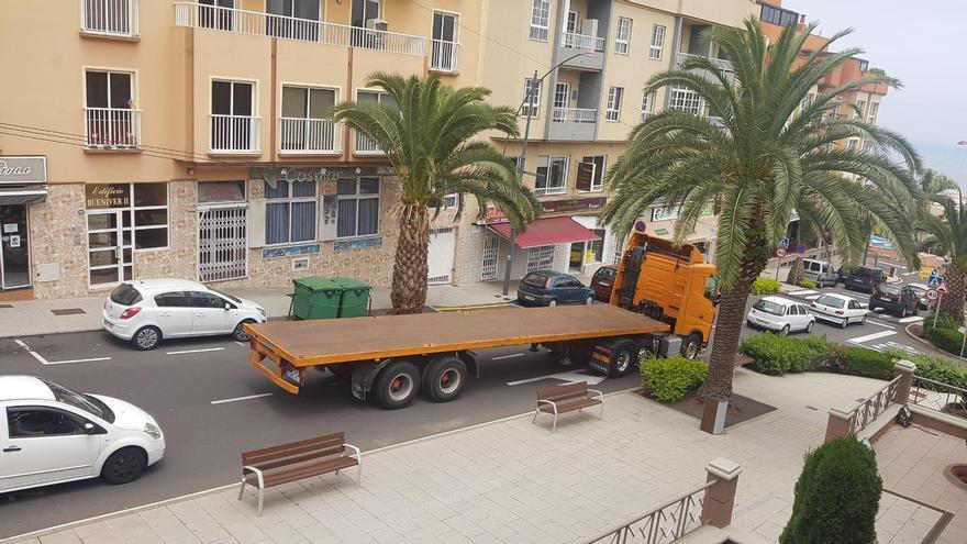 Camiones de gran tonelaje por el interior del casco de Los Realejos
