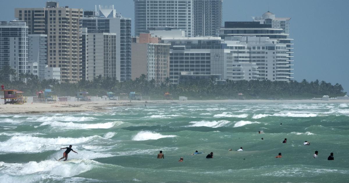 Isaías deja zonas de Bahamas anegadas y se degrada a tormenta ...