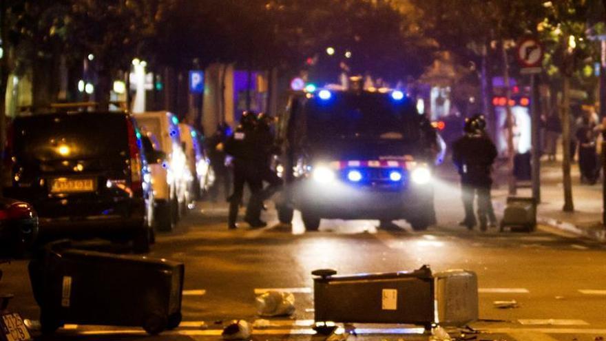 Un detenido y 11 heridos durante la tercera noche de disturbios en Gracia