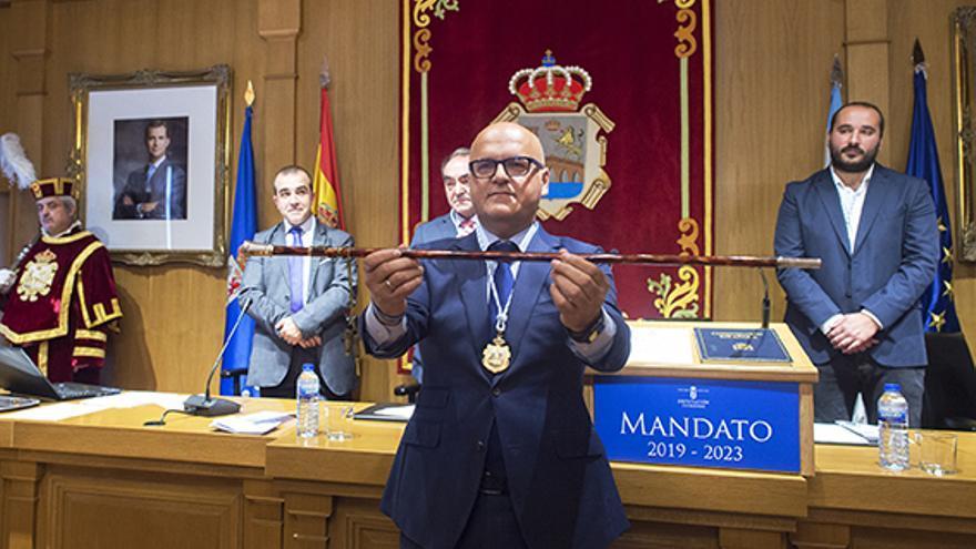 Baltar muestra el bastón de mando tras ser elegido presidente de la Diputación de Ourense por tercera vez