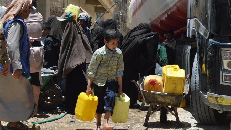 Los niños y las personas en el distrito de Khamer, tienen que cargar con el agua por la escasez de combustible que provoca que los camiones no puedan proveer de agua a la zona./ Foto: Malak Shaher (MSF)