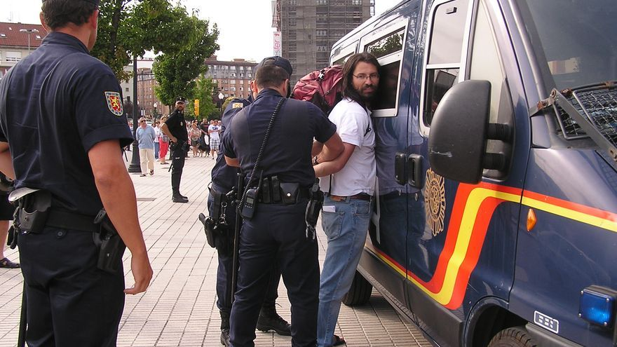 El periodista Pedro Menéndez, en el momento de la detención / Lorena José