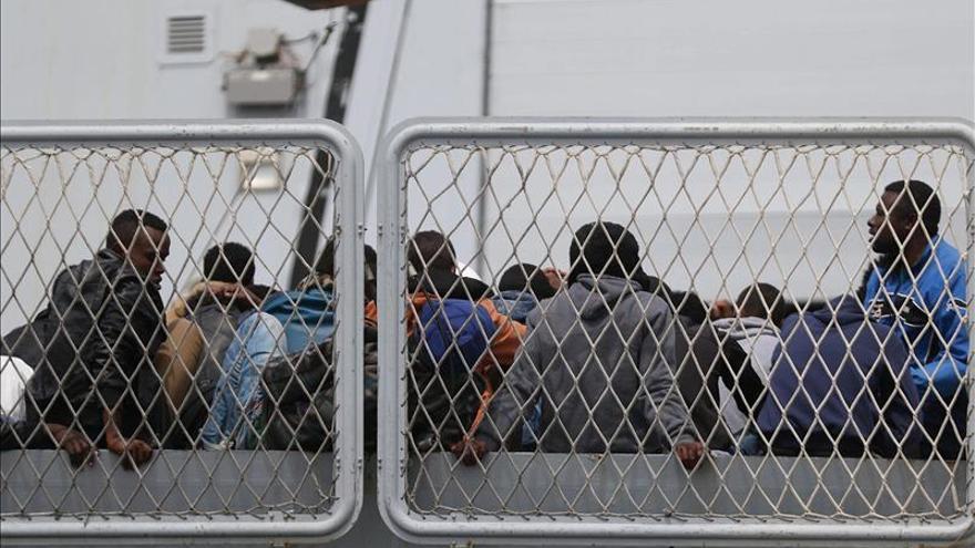 Un grupo compuesto por unos 600 inmigrantes a su llegada al puerto de Nápoles (Italia)/ Efe