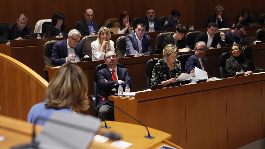 La portavoz del PP, Mar Vaquero, se dirige al presidente de Aragón, Javier Lambán.