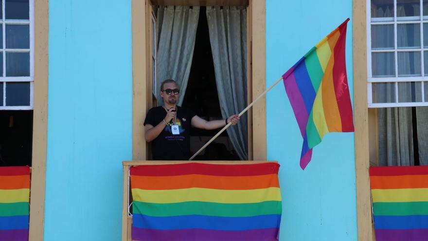 La bandera arcoíris tomó los balcones de Tazacorte.