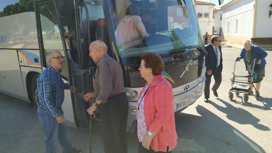 Los vecinos subiendo al bus