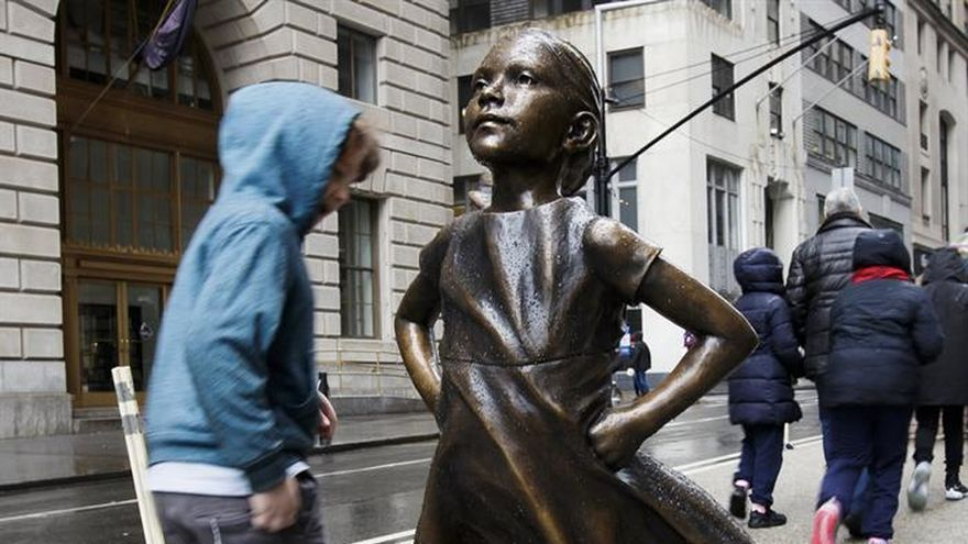 Una desafiante niña de bronce recuerda a Wall Street el papel de la mujer