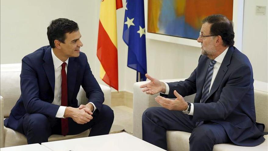 Rajoy recibe a Sánchez en la escalinata de Moncloa antes de su reunión