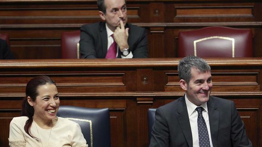 El presidente y la vicepresidenta del Gobierno de Canarias, Fernando Clavijo y Patricia Hernández, con José Miguel Ruano en el centro, durante la segunda sesión del debate sobre del estado de la nacionalidad