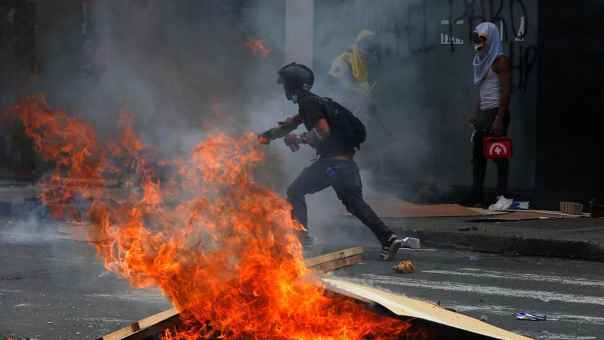 Vándalos atacan las instalaciones del canal de televisión RCN en Bogotá