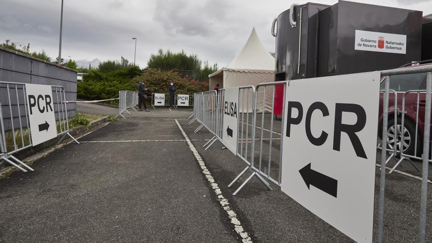 Archivo - Varios carteles indican la dirección para someterse a un test PCR en un dispositivo en Navarra.