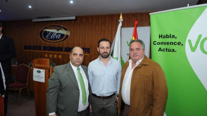 Miguel Ángel Rodríguez, coordinador en Telde de Vox, Santiago Abascal, presidente nacional de Vox, y Paco Santana, exalcalde de Telde con el PP, en la conferencia de Abascal celebrada en abril en Vecindario