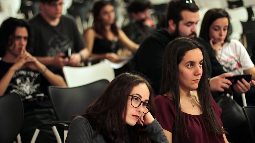 Jóvenes asistentes a la asamblea general de la Asociación Neosófica.