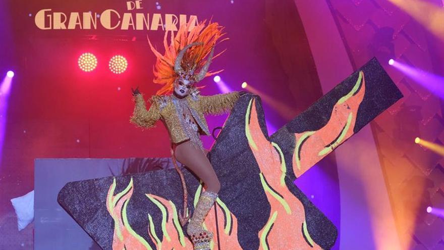 Drag Vulcano, con su fantasía 'Mira mardita...¡Eres er diablo!'. (EFE/Angel Medina G).