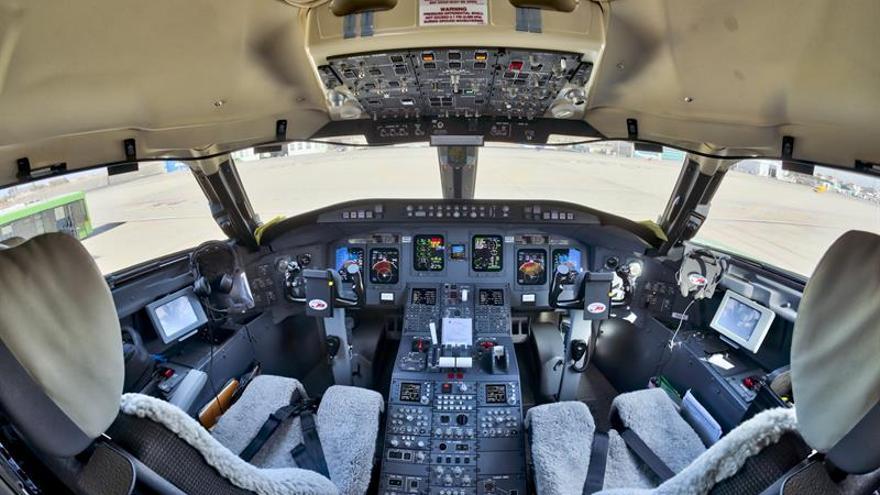 Cabina del Bombardier CRJ-1000 bautizado como Islas Canarias