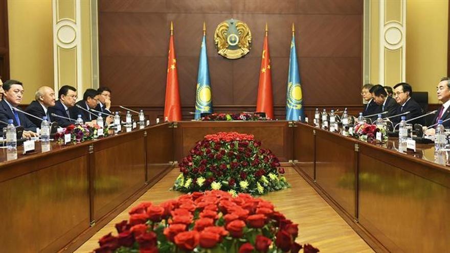 Nazarbáyev se reúne con Li Keqiang para fortalecer la cooperación entre países