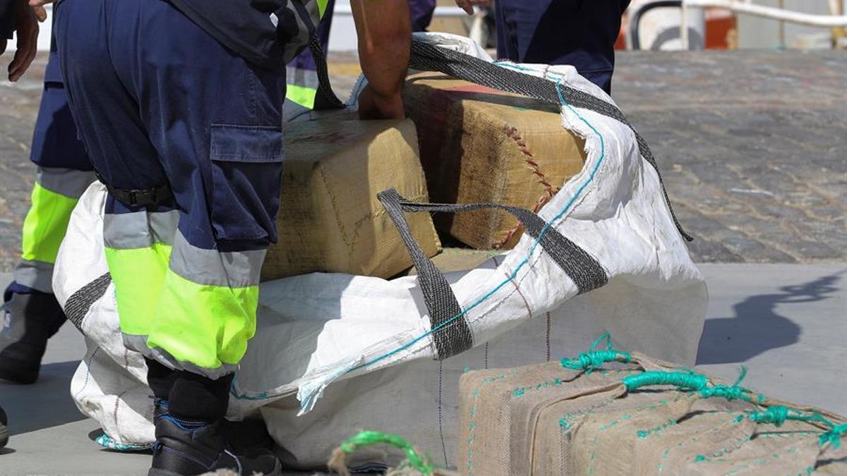 El Servicio de Vigilancia Aduanera ha descargado este lunes en el Arsenal Militar de Las Palmas 18 toneladas de hachís que ha intervenido en una operación a 315 kilómetros al suroeste de Gran Canaria a bordo de un buque de abastecimiento