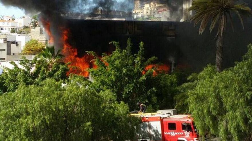 Bomberos sofocando un incendio en la facultad de Bellas Artes de Santa Cruz de Tenerife
