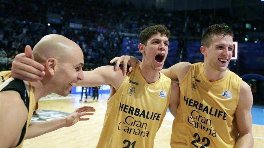Los jugadores del Herbalife Gran Canaria Alberto Olivier, Oriol Paulí y Alen Omic (i-d), celebran su victoria por 71-81 ante el Dominion Bilbao Basket tras el partido de la primera semifinal de la Copa del Rey en el Coliseo de A Coruña. EFE/Lavandeira jr