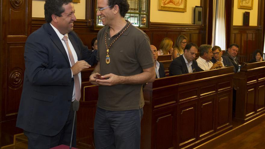 El presidente de la diputación, Javier Moliner, dialoga con Iñaki Vallejo, diputado de Castelló en Moviment