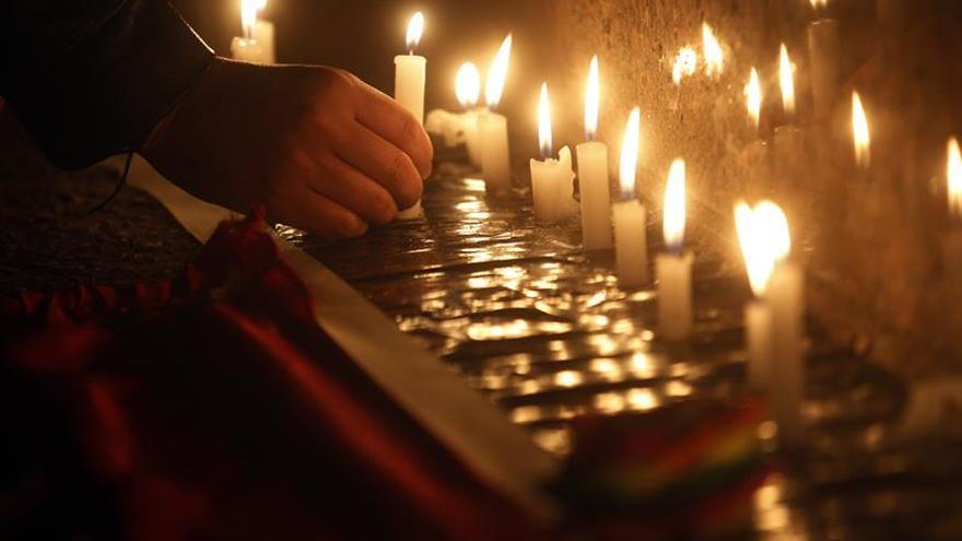 Vigilia de familiares y amigos para conmemorar 6 meses de la matanza de Orlando