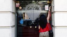 Una persona abre su negocio en el Barrio de Goya en Madrid. Con todas las autonomías en fase 1 o 2 del proceso de desconfinamiento, la economía española avanza a diferentes velocidades en su recuperación con la apertura de restaurantes, terrazas o comercios, aunque con aforos limitados..