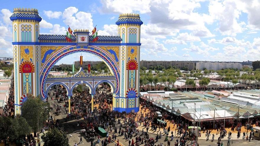Arranca la construcción de la portada de la Feria de Abril, inspirada en la caseta del Mercantil y el Alcázar