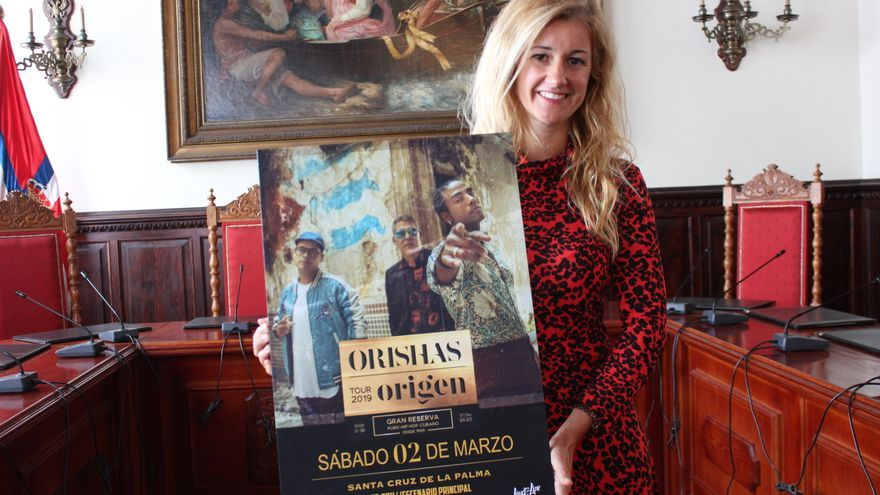 Virginia Espinosa con el cartel de la actuación.