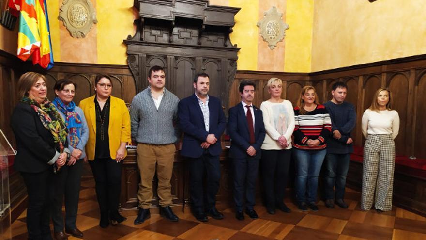 El concejal de Vox (cuarto por la izquierda) en el Ayuntamiento de Huesca participó en la lectura del manifiesto  contra la violencia hacia las Mujeres
