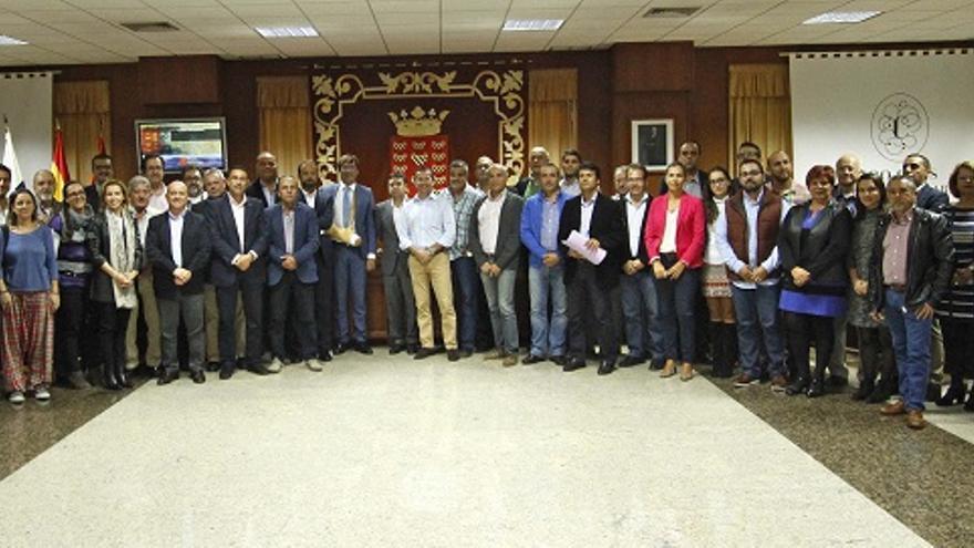 Consejeros, representantes políticos, miembros de organismos empresariales y ciudadanos, este lunes tras el pleno del Cabildo de Lanzarote