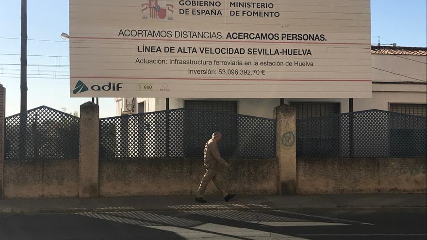 El cartel anunciador de las obras, junto a la actual estación de RENFE de Huelva.