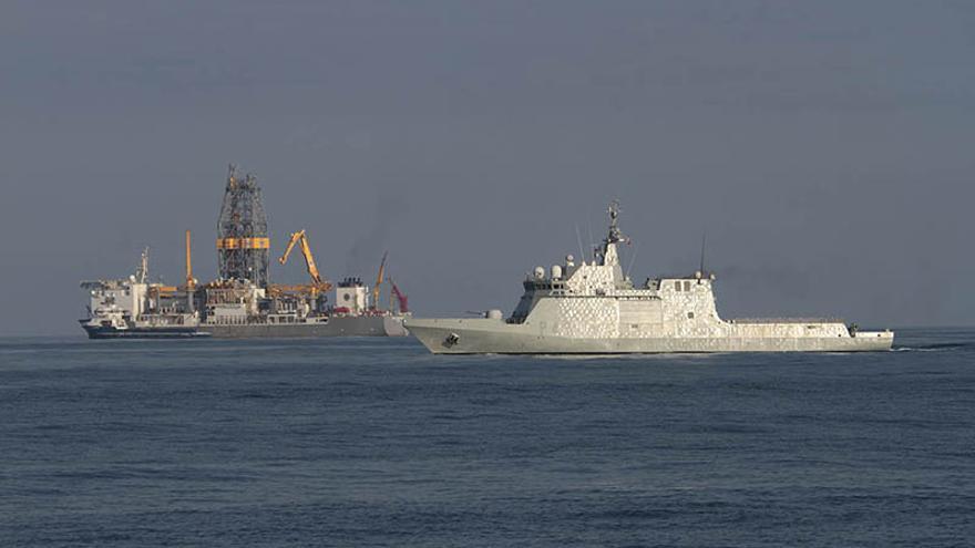 El Relámpago de la Armada española, frente al buque de Repsol.(Felipe de la Cruz/Diario de Lanzarote)