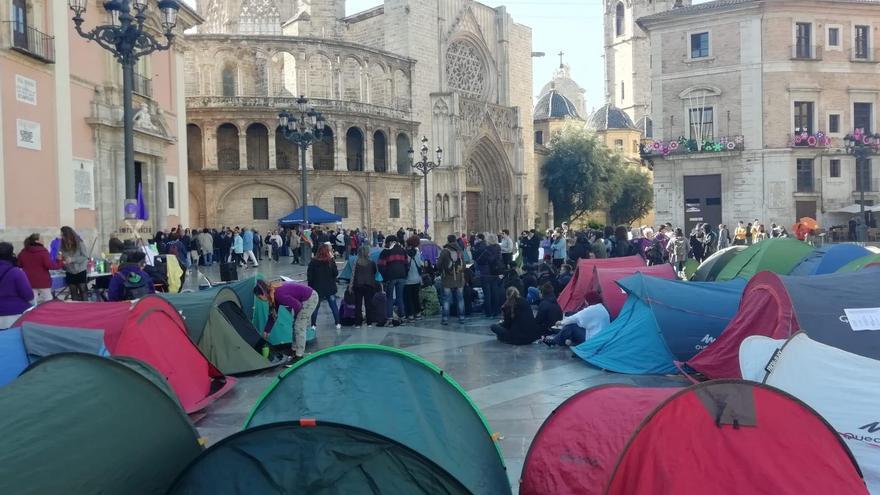 Acampada de la Asamblea Feminista en la plaza de la Virgen