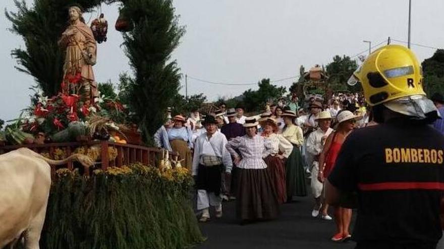 Un momento de la bajada de San Isidro hasta el casco de San Pedro.
