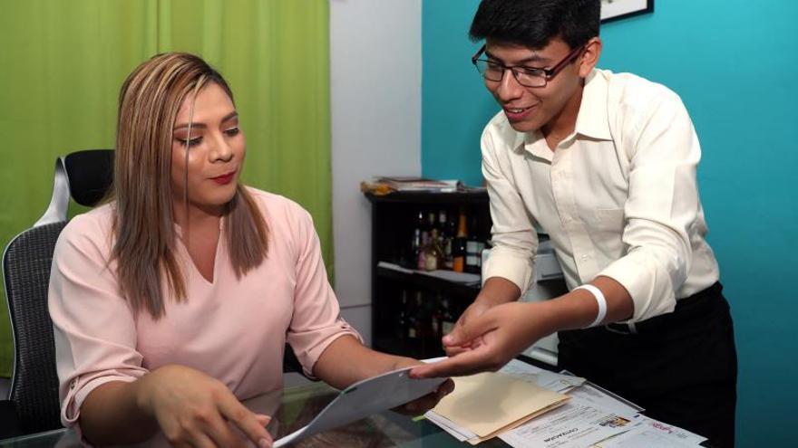 La presidenta de la Asociación Comunicando y Capacitando Trans, Bianka Rodríguez, trabaja en su oficina, el 24 de julio de 2019, en San Salvador (El Salvador).