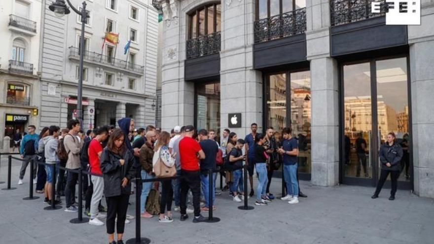 Un centenar de personas ante la tienda de Apple en Madrid por el iPhone 11
