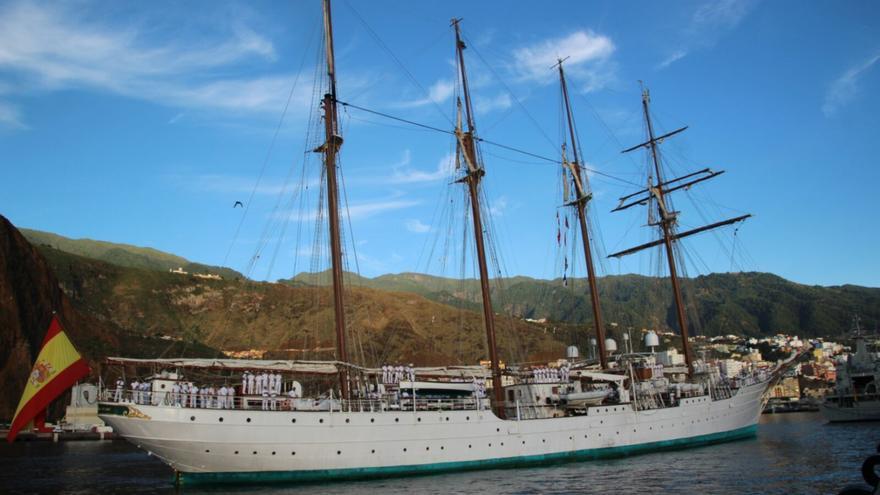 El Juan Sebastián Elcano entrando en la bahía de la capital este lunes. Foto: JOSÉ AYUT.