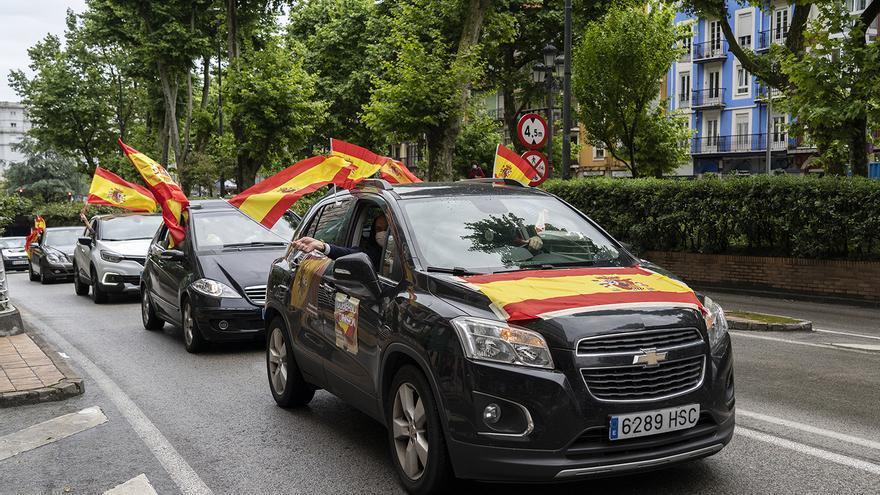 Coches con banderas de España en la 'caravana' de Vox en Santander. | JOAQUÍN GÓMEZ SASTRE