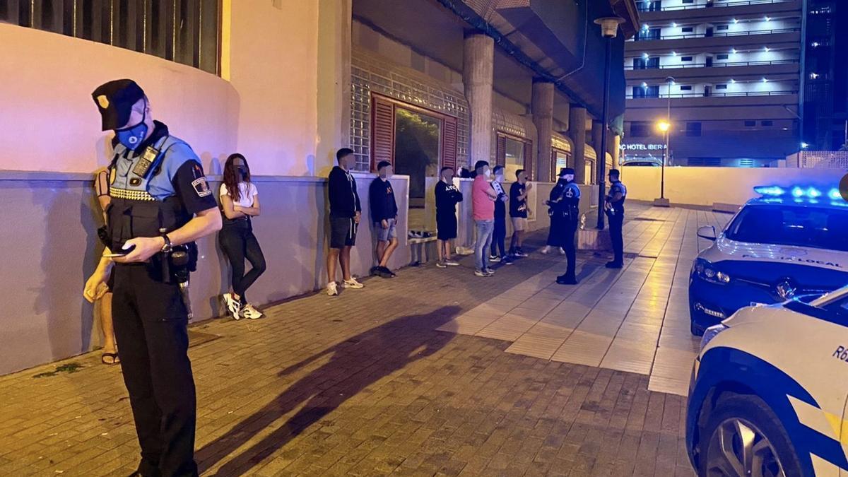 La Policía Local disuelve un botellón en Las Palmas de Gran Canaria durante la pandemia.