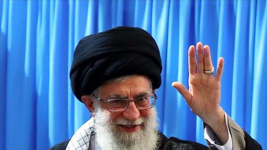 """Jameneí alerta sobre """"complots"""" para generar discordia entre suníes y chiíes"""