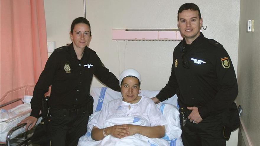 Dos policías ayudan a dar a luz a una mujer marroquí en una calle de Melilla