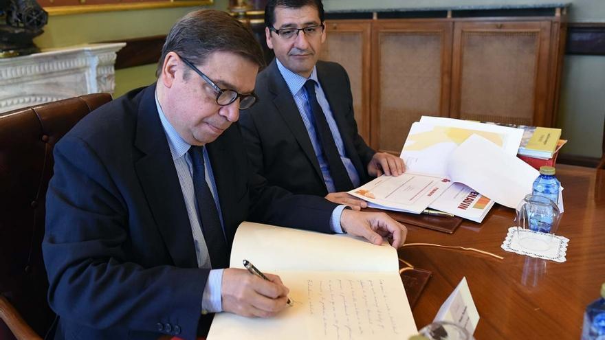 El ministro Planas ha firmado en el libro de honor de la Diputación
