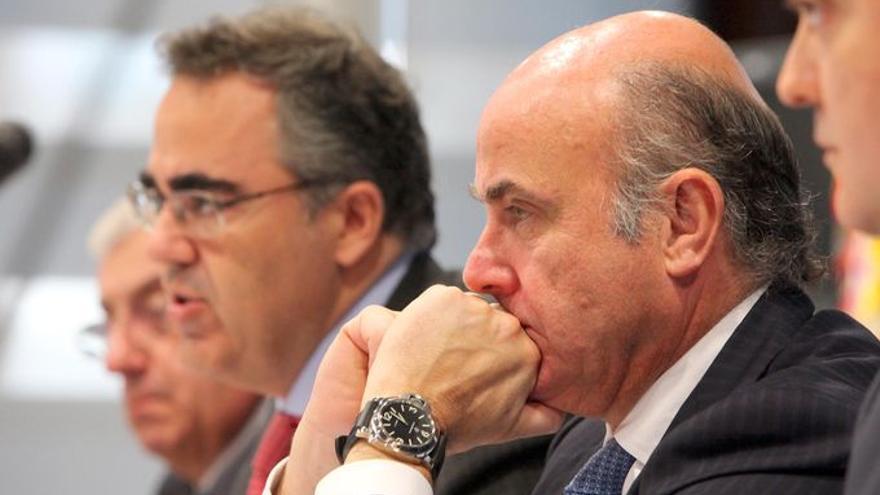 El expresidente del INE y actual directivo de CEOE, Gregorio Izquierdo, junto a Luis de Guindos.