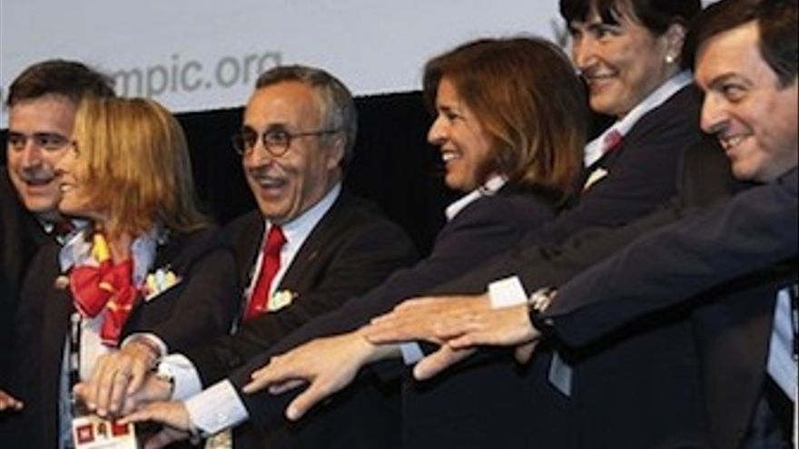 Miembros de la candidatura de Madrid 2020, con Ana Botella a la cabeza. (Europa Press)