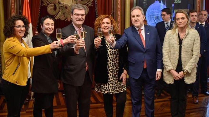 Raquel González seria y sin copa durante el brindis de Navidad en el Ayuntamiento de Bilbao